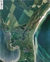 Flyfoto af Bankel Nor - Nørremajområdet. Strandvoldene tegner sig som lysegrønne linjestykker, mens de fugtige lavninger i terrænet fremtræder med en mørkere grøn farve. Foto: DDO land 1995 © COWI, 2003